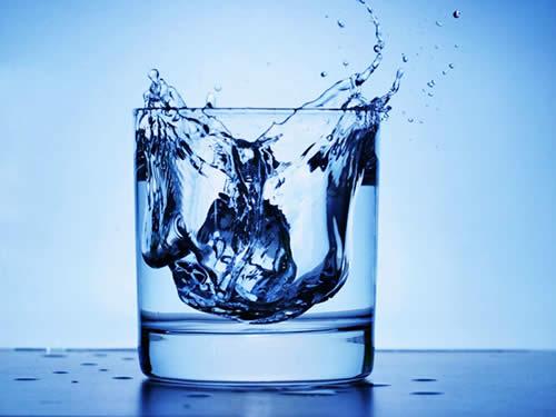 пить воду во врмя еды